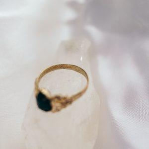 Vintage Ring mit dunklem Stein